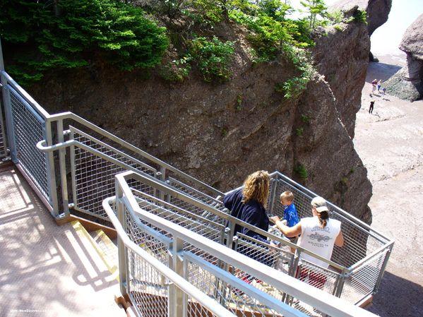 L'escalier pour descendre au pied des rochers d'Hopewell Rocks