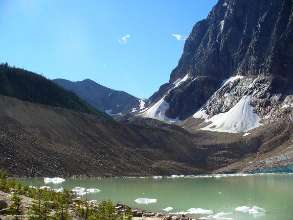 Un petit lac au pied du Mont Edith Cavell