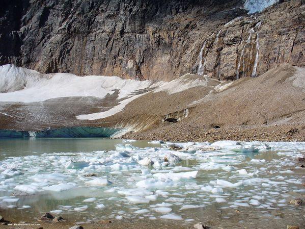 """De petits """"icebergs"""" au pied du mont Edith Cavell"""