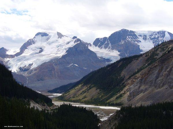 Quelques montagnes avec des glaciers