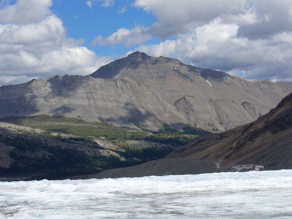 Une vue depuis le champ de glace Columbia