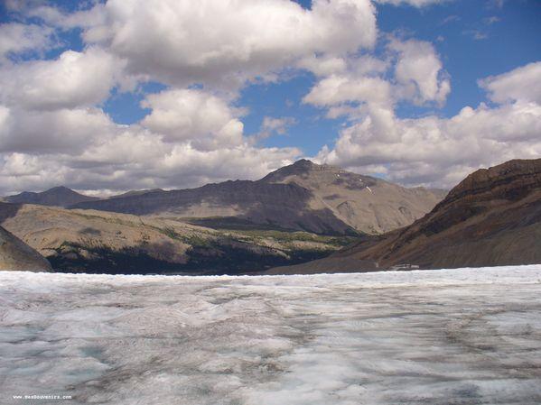 Une vue sur la vallé depuis le champ de glace Columbia