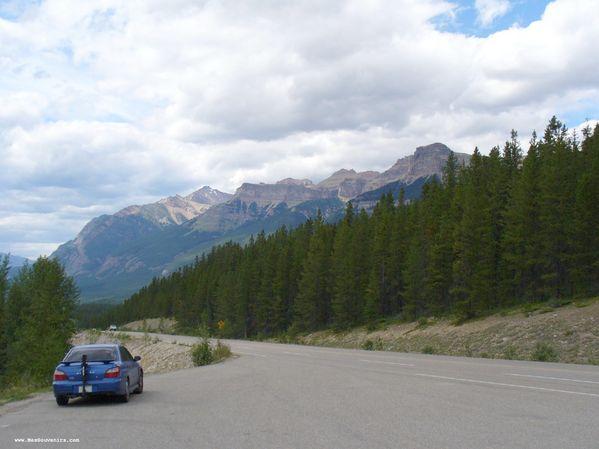 Ma voiture et des montagnes dans le parc National de Jasper