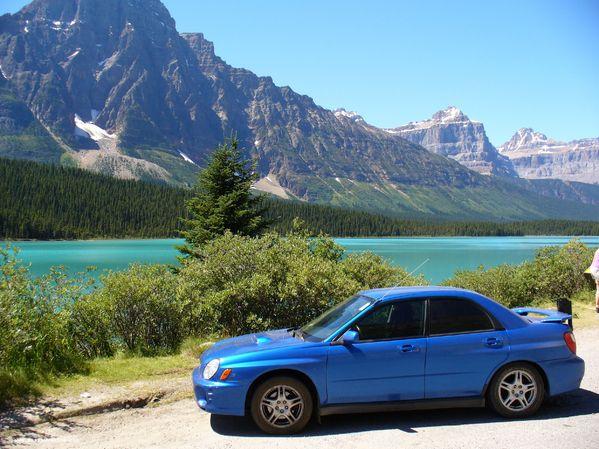 Ma voiture avec comme arrière plan le lac Bow et ces montagnes