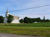 Une église avec un champ de pomme de terre